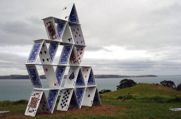 Почему карточный домик пирамидальных интернет-инвестиций не рушится